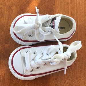 So cute 😭 baby/toddler white converse size 2